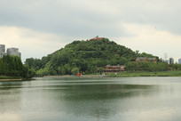 阴天下的湖水风景