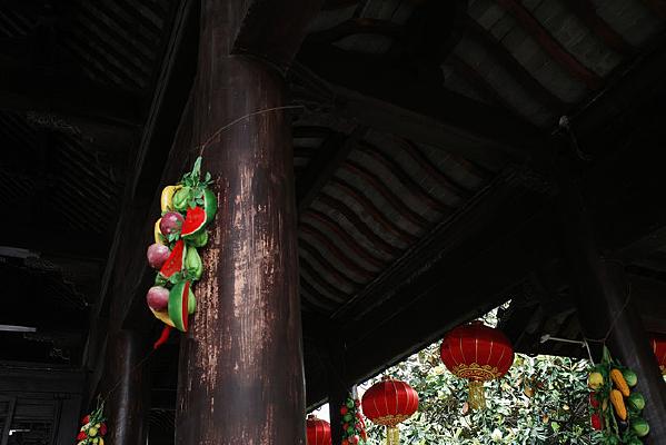 大殿立柱红灯笼