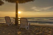 朝阳下海边沙滩风光