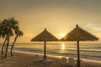 朝阳下双月湾海滩风光