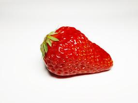 白色背景里的一颗草莓