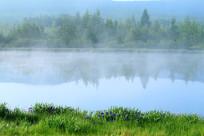 大兴安岭森林湖晨雾迷漫