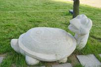 龟兔赛跑-快跑的乌龟雕塑