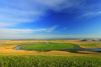 草原弯曲的河流