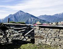 大山间的石头房子