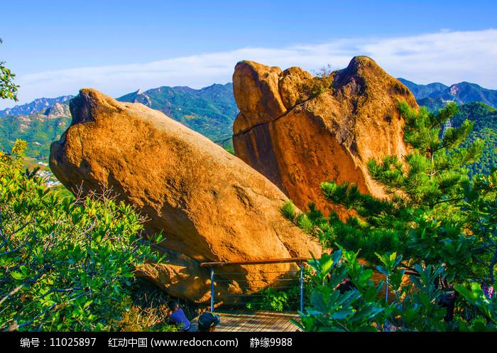 对桩石景区的鹰嘴石与群山图片