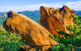 对桩石景区的鹰嘴石与群山峰