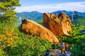 对桩石景区的鹰嘴石与群山山峰