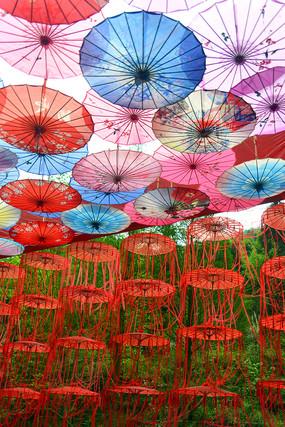 油纸伞装饰的露天长廊