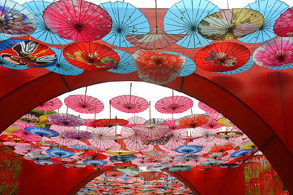 中国元素油纸伞装饰的露天长廊