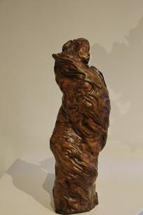 根雕裹着被子的女人