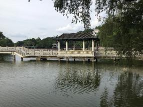 新會玉湖景區湖中涼亭長橋