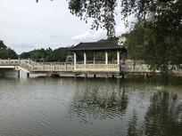 新会玉湖景区湖中凉亭长桥