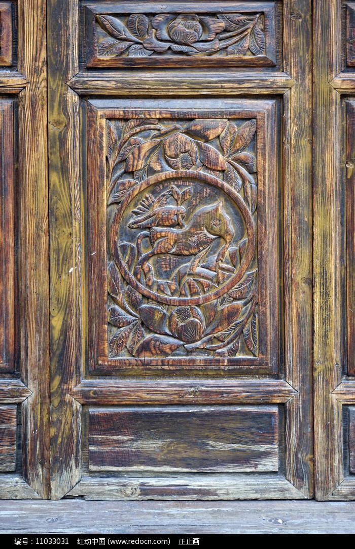 中式木墙传统图案雕花特写图片