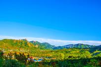 乾隆绿道俯瞰连绵群山和山谷建筑
