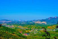 乾隆绿道俯视群山与山谷建筑群