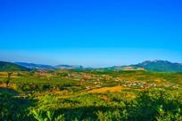 乾隆绿道俯瞰远山山谷平地建筑