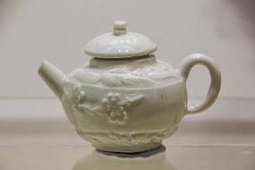 清代德化窑梅花纹茶壶