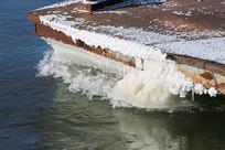 结冰的船尾
