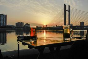 落日时分河边茶座