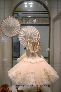服装店玻璃橱窗模特展示的裙装