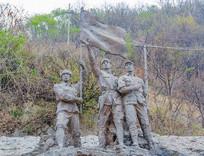 三位志愿军战士高举红旗群雕塑