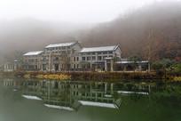 雾中山村雪景