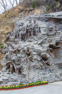 志愿军战士战斗群塑与火车头雕