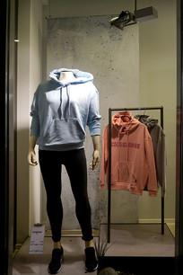服装专卖店-橱窗休闲服展示
