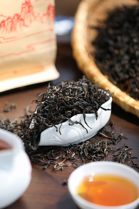 坚版桌子上的红茶