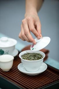 陶瓷茶杯中的茶