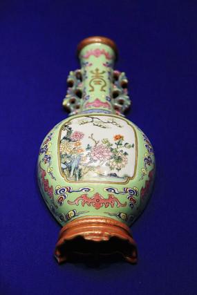 乾隆款粉彩牡丹壁瓶