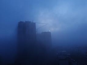 雾霾天气中的高楼大厦