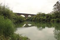 远处桥下湖水