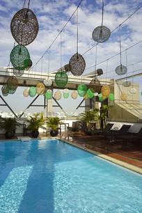 宾馆的露天游泳池