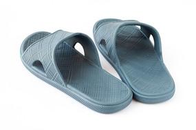 白背景上的蓝色凉拖鞋