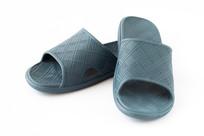 白背景上的一双休闲凉拖鞋