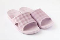 一双粉红色的女式凉拖鞋