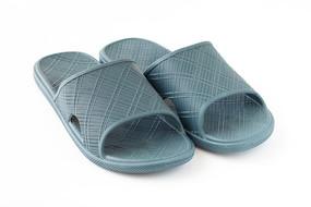 一双蓝色的凉拖鞋