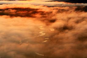大兴安岭湿地河湾晨雾朝阳风景