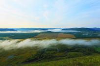 山谷湿地晨雾风景