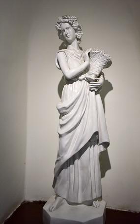 手捧花篮的女人雕塑