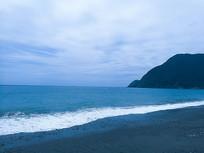 海滩面前的白色海浪
