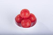 洒了水珠的红色小番茄