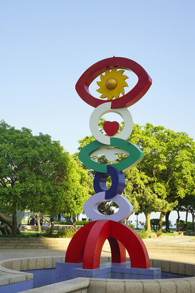 童眼看世界雕塑