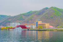 办公大楼建筑群与游艇群山