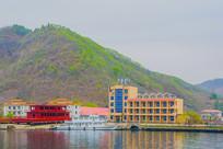办公大楼建筑与河上待制造游艇