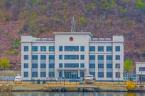 办公楼与河岸