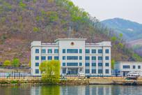 办公楼与河岸山峰