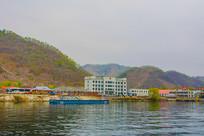 办公楼与江岸山峰